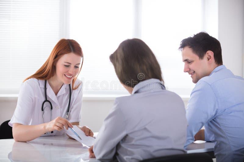 Doutor Giving Prescription To o paciente imagem de stock