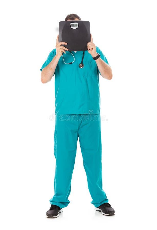 Doutor: Guardando uma escala preta para o tema da perda de peso fotografia de stock