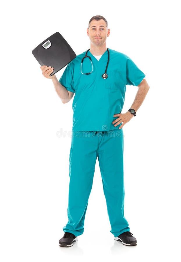 Doutor: Guardando uma escala preta para o tema da perda de peso fotografia de stock royalty free
