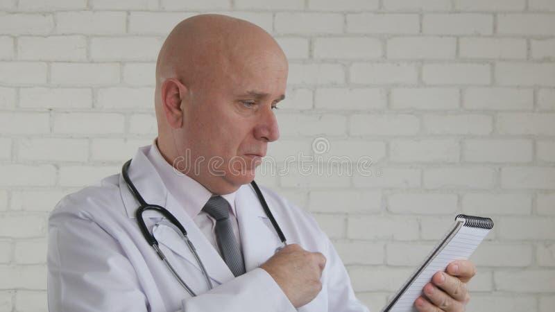 Doutor Image Preparing para escrever uma prescrição médica fotografia de stock royalty free