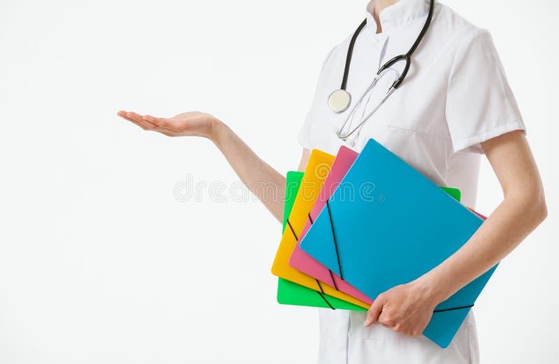 Doutor irreconhecível que guarda diversos dobradores e que mostra o someth foto de stock royalty free