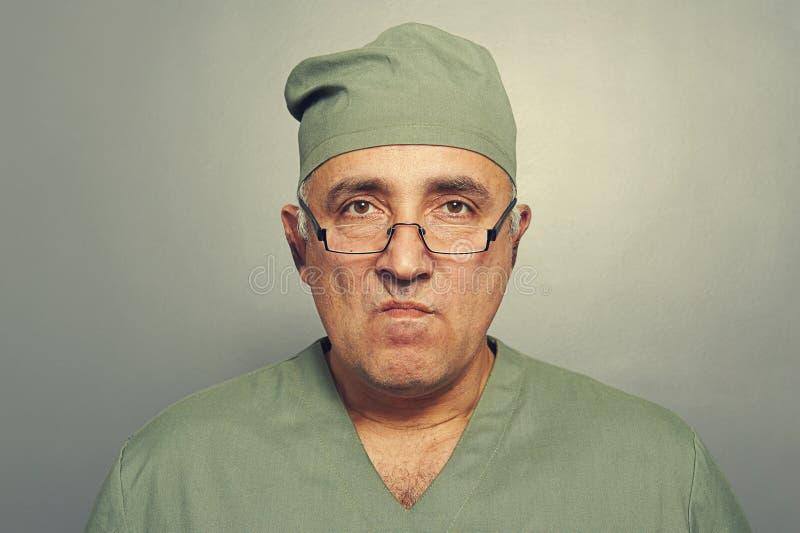 Doutor irritado nos vidros imagem de stock royalty free