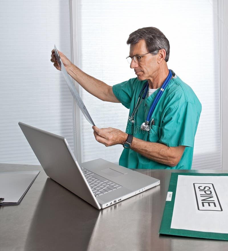 Doutor Leitura Diagnóstico Película Varredura imagens de stock royalty free