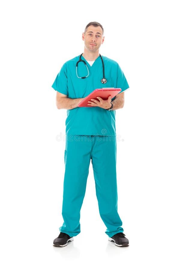 Doutor: Médico amigável Looking At Paperwork na prancheta fotos de stock