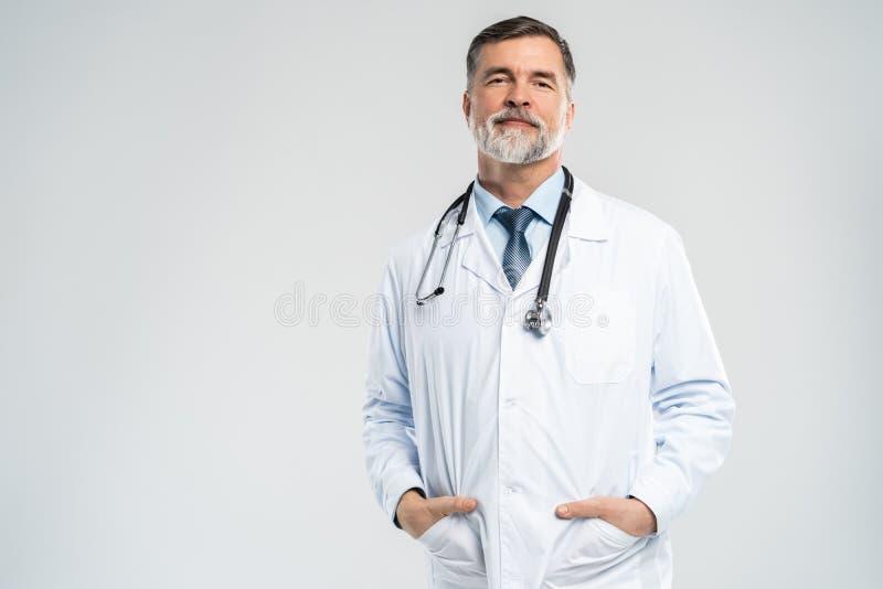 Doutor maduro alegre que levanta e que sorri na c?mera, nos cuidados m?dicos e na medicina imagens de stock royalty free