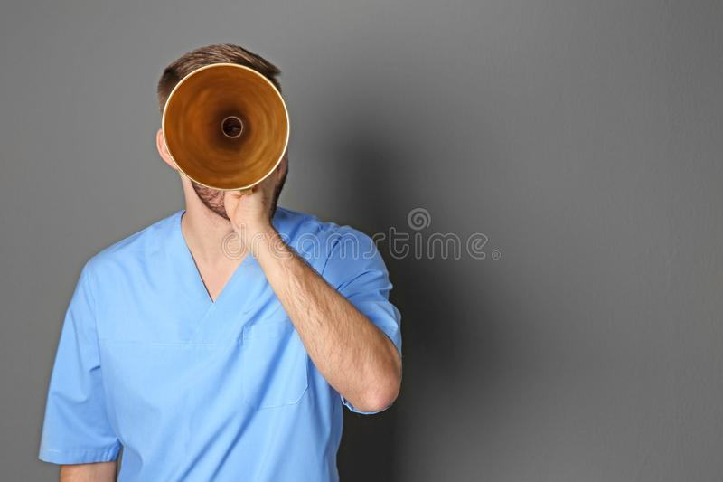 Doutor masculino com megafone fotos de stock