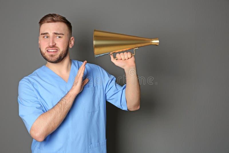 Doutor masculino com megafone imagens de stock