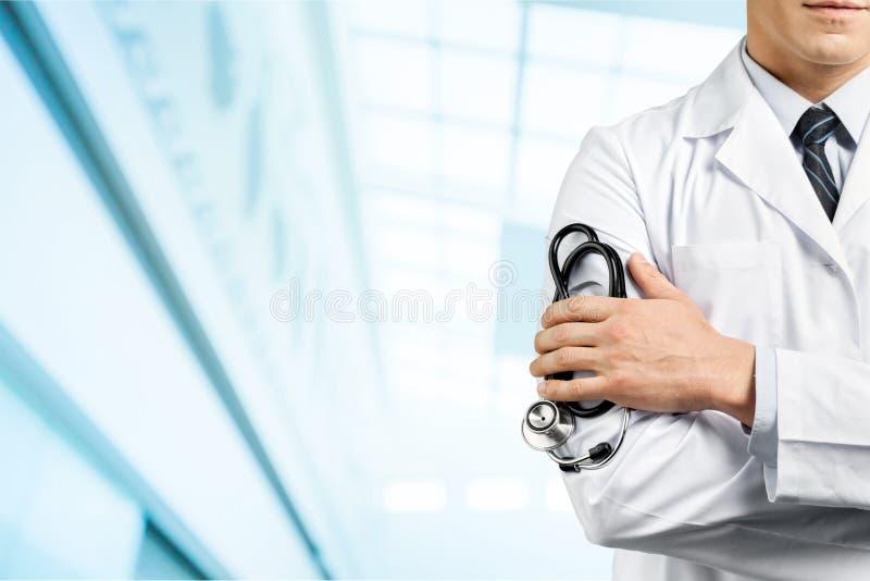 Doutor masculino com o estetoscópio no hospital borrado imagens de stock