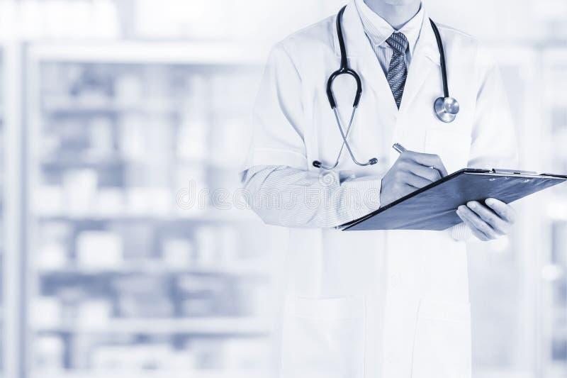 doutor masculino com prescrição da escrita da prancheta e do estetoscópio fotos de stock royalty free
