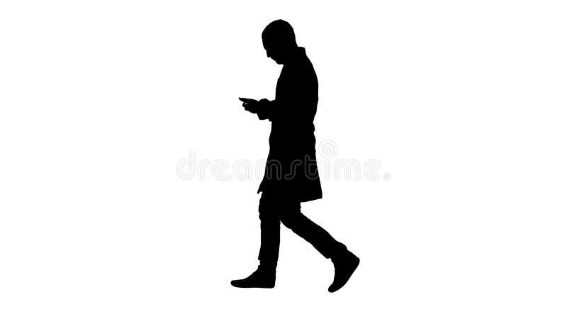 Doutor masculino da silhueta que anda e que usa o telefone celular ilustração do vetor