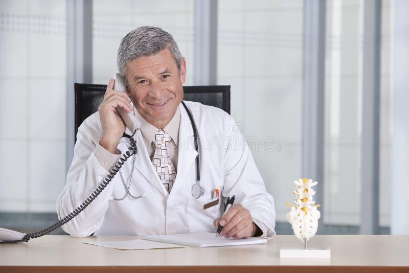 Doutor masculino de sorriso foto de stock royalty free