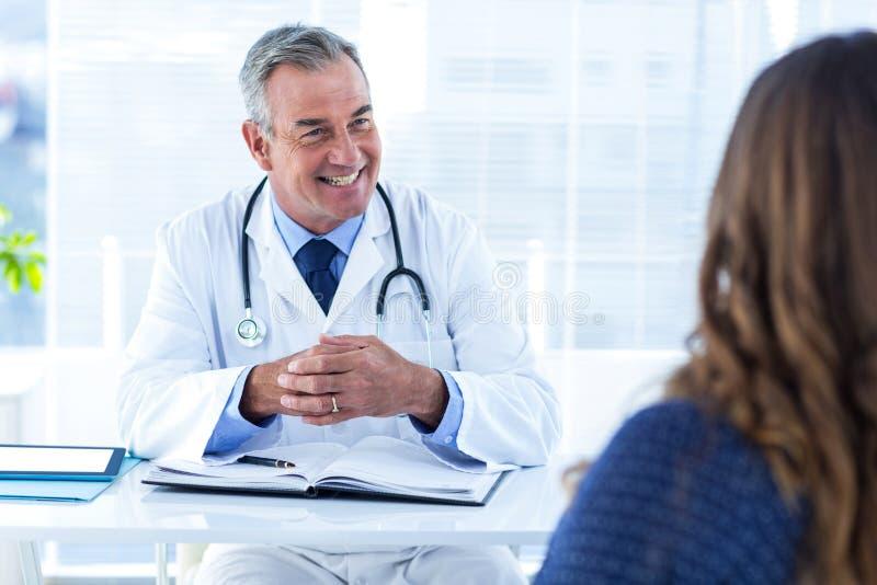 Doutor masculino de sorriso com a mulher na clínica fotos de stock