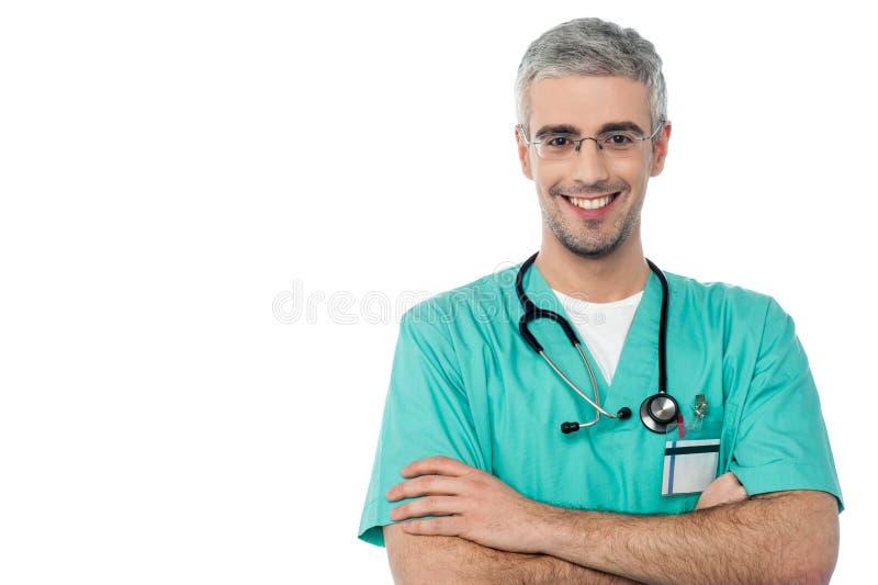 Doutor masculino de sorriso com os braços cruzados imagem de stock