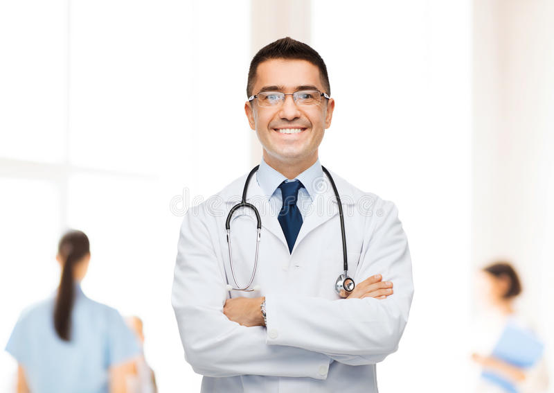 Doutor masculino de sorriso no revestimento branco no hospital fotos de stock royalty free