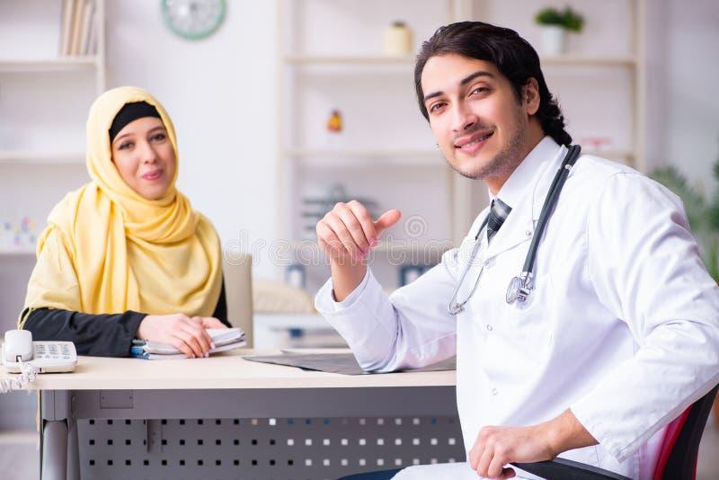 Doutor masculino de visita do paciente ?rabe f?mea imagem de stock