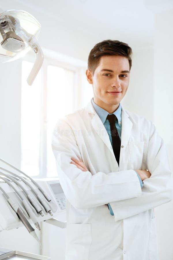 Doutor masculino In Dental Clinic do dentista Retrato fotografia de stock royalty free