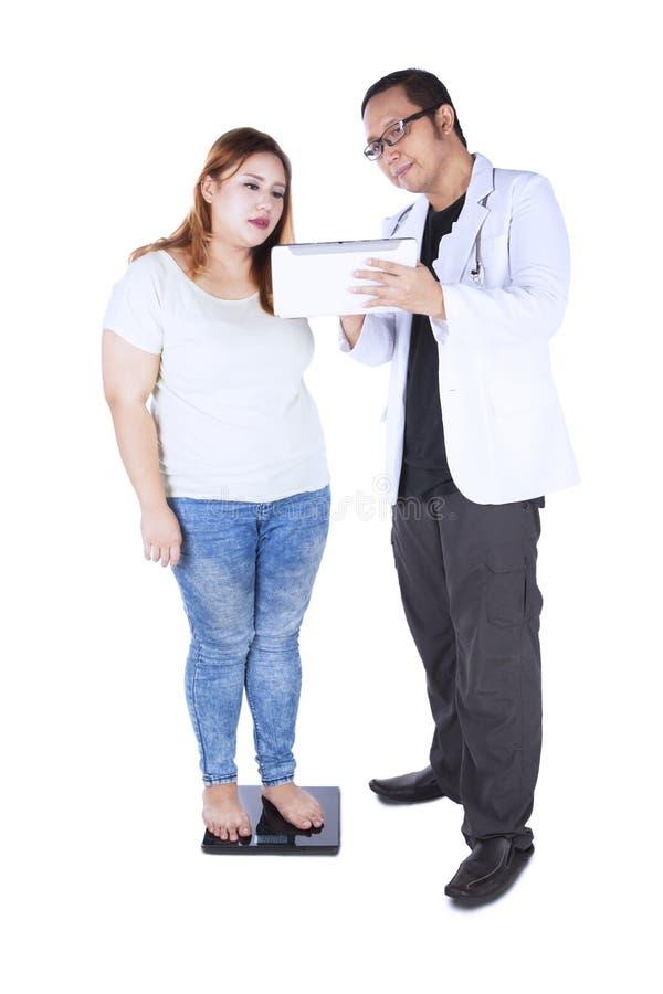 Doutor masculino e seu paciente com tabuleta digital imagens de stock royalty free