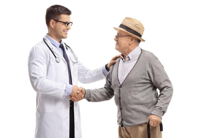 Doutor masculino e um homem maduro que agita as mãos imagens de stock royalty free