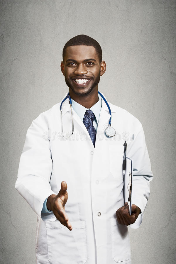 Doutor masculino feliz que dá o aperto de mão a seu paciente imagens de stock royalty free