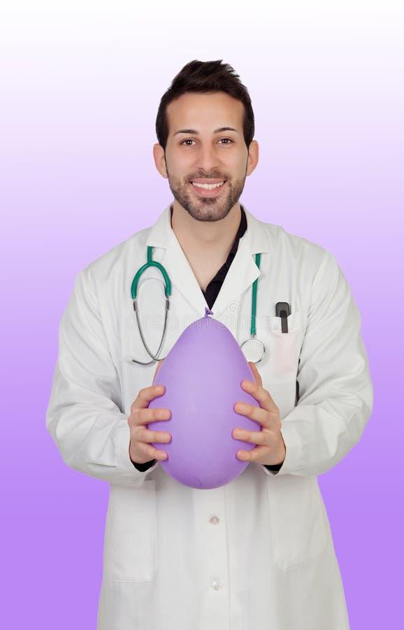 Doutor masculino novo Holding Balloon imagens de stock