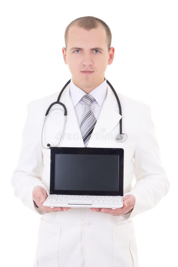 Doutor masculino novo que mostra o portátil com o espaço da cópia isolado no whi imagens de stock royalty free