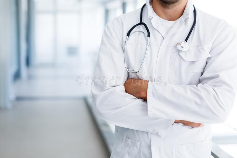 Doutor masculino otimista que levanta no hospital interno fotografia de stock royalty free