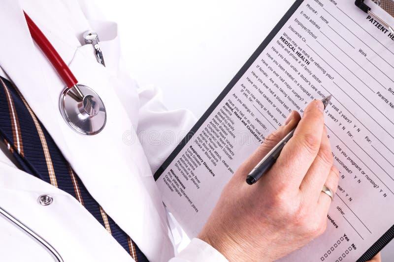 Doutor masculino pronto para redigir a informação paciente imagem de stock royalty free