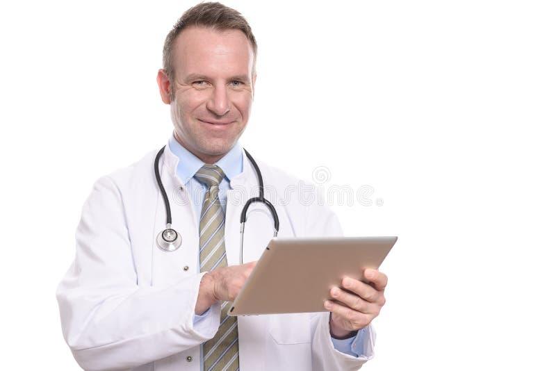 Doutor masculino que consulta um tablet pc imagens de stock royalty free