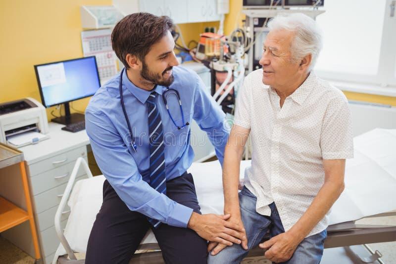 Doutor masculino que examina um paciente fotografia de stock royalty free