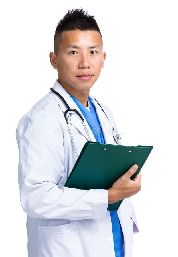 Doutor masculino que guarda com prancheta fotos de stock royalty free