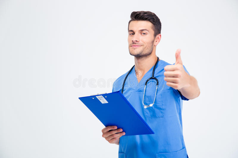 Doutor masculino que guarda a prancheta e que mostra o polegar acima fotografia de stock