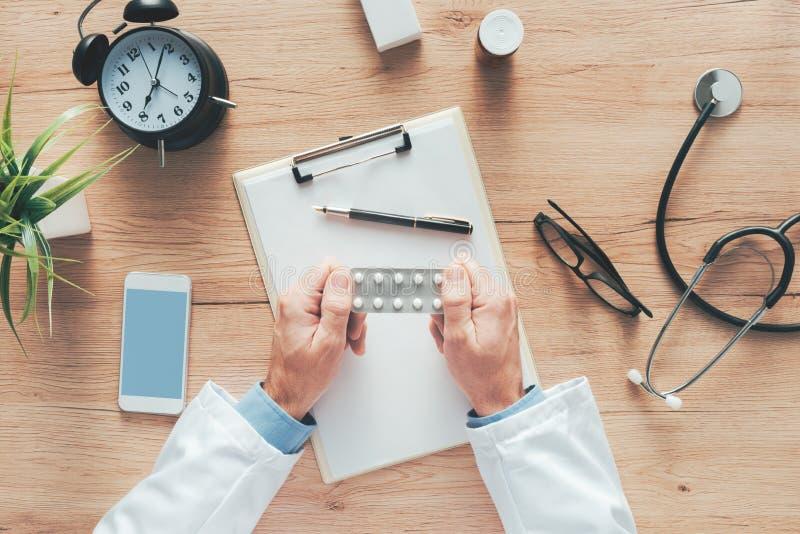 Doutor masculino que guarda tabuletas genéricas sem etiqueta foto de stock royalty free