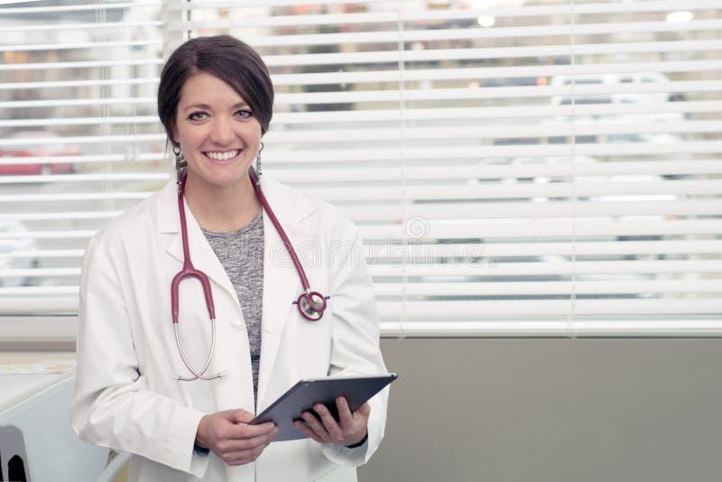 Doutor masculino que guarda uma espinha e que fala ao paciente imagem de stock royalty free