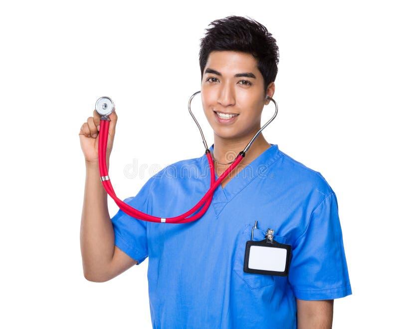 Doutor masculino que sustenta com estetoscópio fotos de stock royalty free