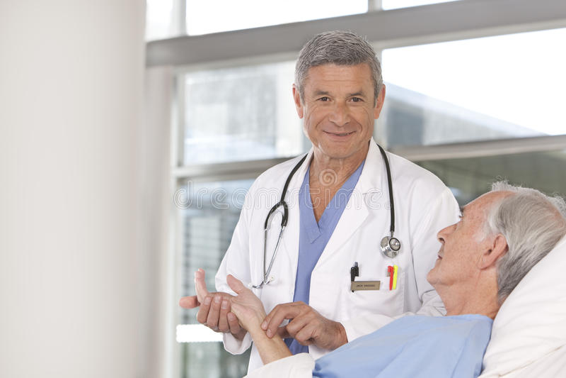 Doutor masculino que toma do paciente fotografia de stock royalty free