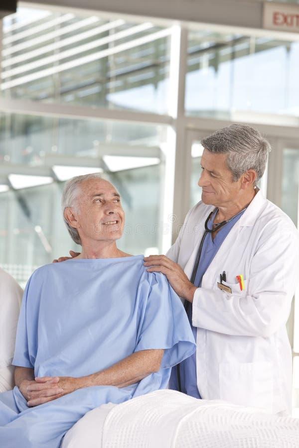 Doutor masculino que toma do paciente imagens de stock royalty free
