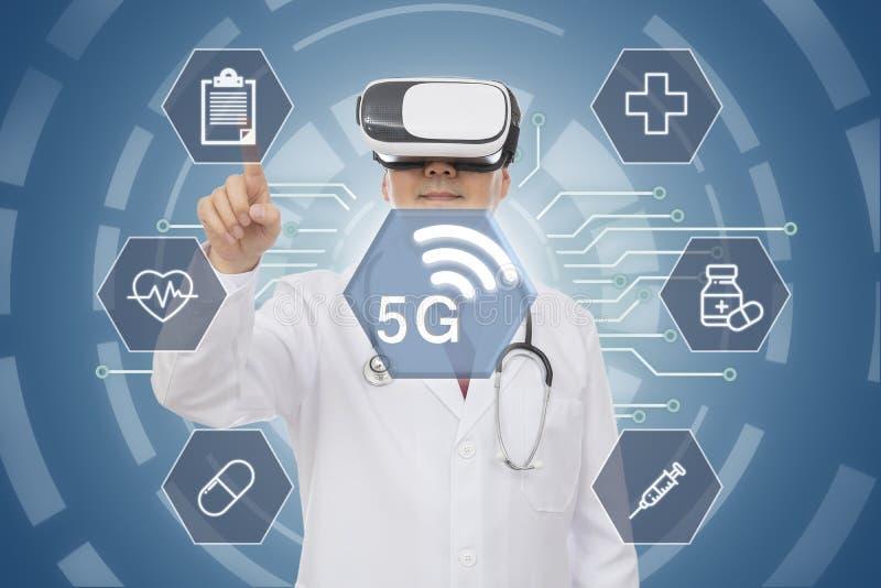 Doutor masculino que veste vidros da realidade virtual conceito 5G médico Gráfico de computador imagem de stock royalty free