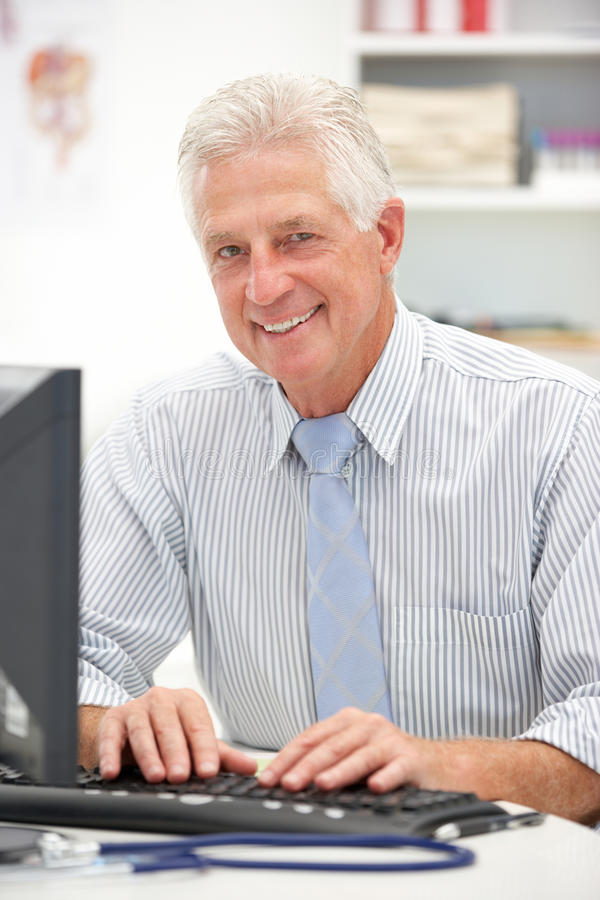 Doutor masculino sênior na mesa foto de stock