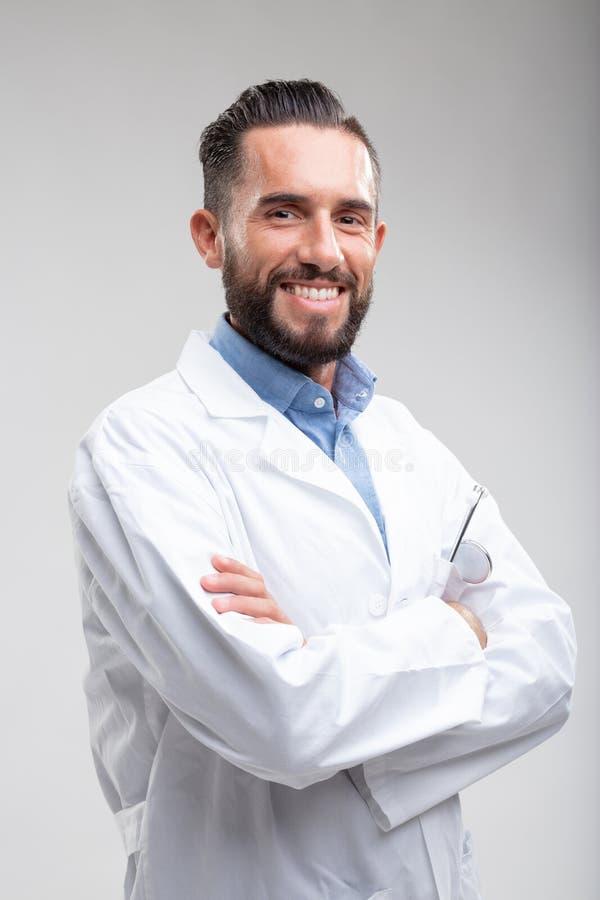 Doutor masculino seguro de sorriso em um revestimento branco do laboratório foto de stock royalty free