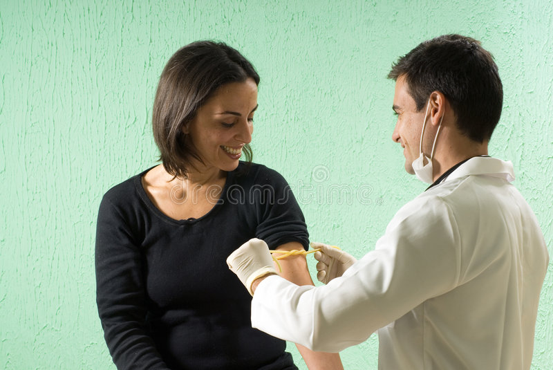 Doutor masculino Tending ao paciente fêmea - horizontal fotografia de stock