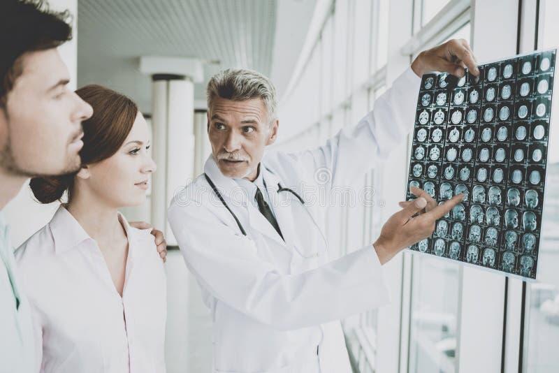 Doutor masculino tenso Indicates na imagem do roentgen imagens de stock royalty free
