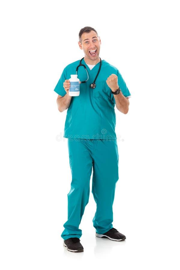 Doutor: Medicina genérica da prescrição de Holding Bottle Of do médico entusiasmado fotos de stock royalty free