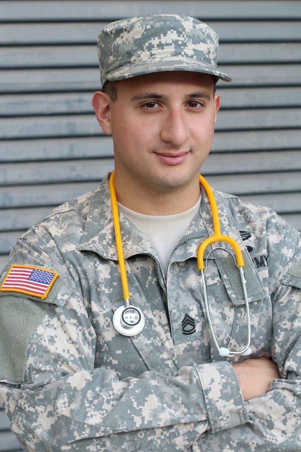 Doutor militar novo amigável no uniforme fotos de stock royalty free