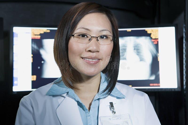 Doutor na frente do raio X fotos de stock