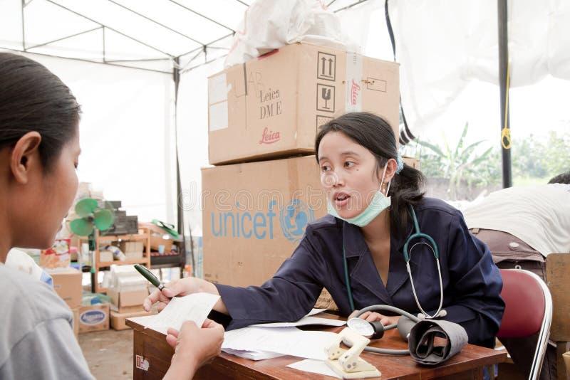 Doutor no acampamento médico imagens de stock