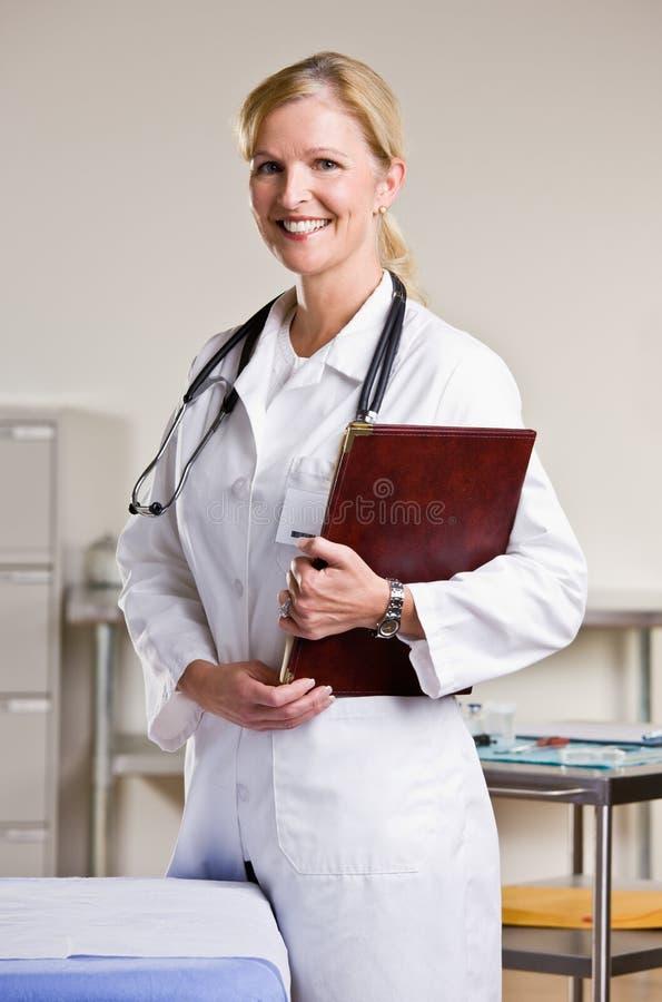 Doutor no caderno da terra arrendada do escritório do doutor fotos de stock