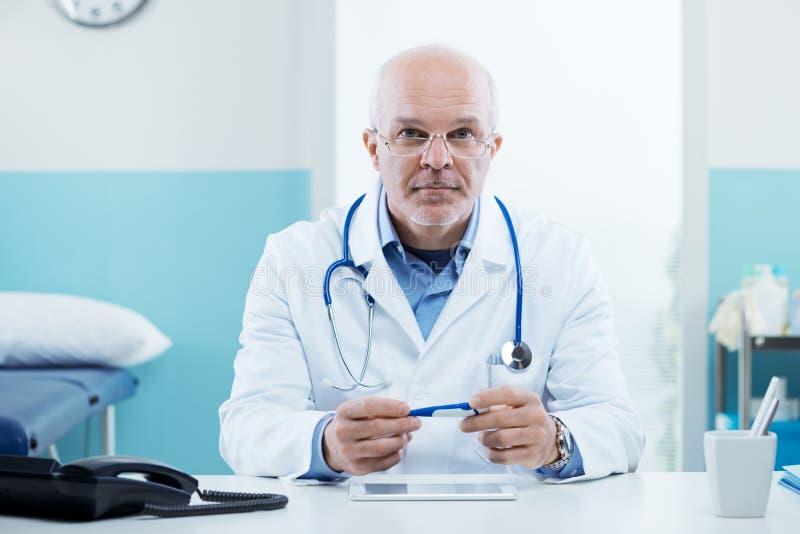 Doutor no trabalho imagem de stock