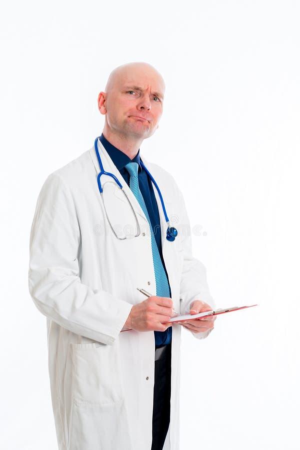 Doutor novo amigável com prancheta foto de stock