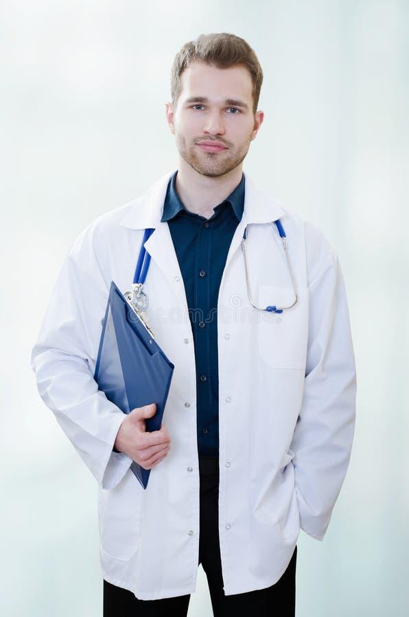 Doutor novo considerável no escritório imagens de stock royalty free