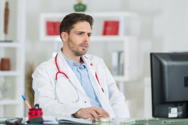 Doutor novo considerável no trabalho no escritório imagens de stock royalty free